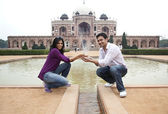 Couple posing at Humayuns Tomb — Stock Photo