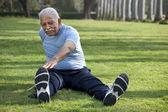 Старик делает упражнения — Стоковое фото