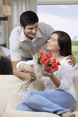 Man presenting flowers to  woman — Stock Photo