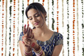 Indian bride wearing bangles — Stock Photo