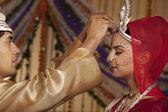 Bengalí novio poniendo sindoor en frente de las novias — Foto de Stock
