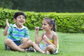 Crianças brincando com bolhas — Fotografia Stock