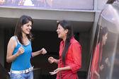 Jóvenes mujeres riendo — Foto de Stock
