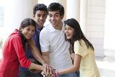 Ar livre de amigos de faculdade — Fotografia Stock
