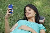 音楽を聴いて笑顔の女性 — ストック写真