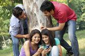 Giovani donne condivisione messaggi — Foto Stock
