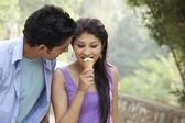Paar eten van ijs — Stockfoto