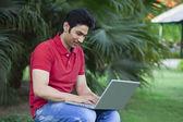Giovane uomo usando il portatile — Foto Stock