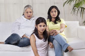 ženy a dívky v obývacím pokoji — Stock fotografie