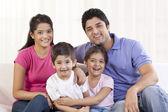 Szczęśliwa rodzina siedzi na kanapie — Zdjęcie stockowe