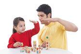 Küçük kız ve babası blok oyun oynuyor — Stok fotoğraf