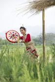 Bihu danser houden van een jaapi — Stockfoto