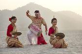 Bihu women dancing as Bihu man plays on a dhol — Stock Photo