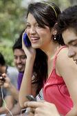 Молодая женщина, беседу по телефону — Стоковое фото