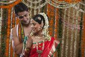 улыбается молодая пара в день их свадьбы — Стоковое фото