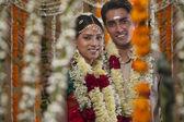 Genç çiftin düğün gününde gülümseyen — Stok fotoğraf