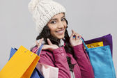 Mujer joven holding bolsas — Foto de Stock