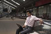 Empresário numa estação de trem — Fotografia Stock