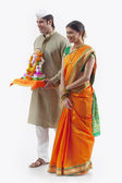 Maharashtrian couple with a Ganesh idol — Stock Photo