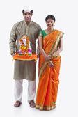Maharashtrian couple with a Ganesh idol — Stock Photo