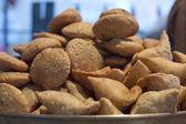 Fresh samosas for sale — Stock Photo