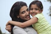 Mamma håller sin dotter — Stockfoto