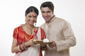 Bengali couple with a puja thali — Stock Photo