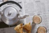 Fresh samosas with tea glasses on table — Stock Photo