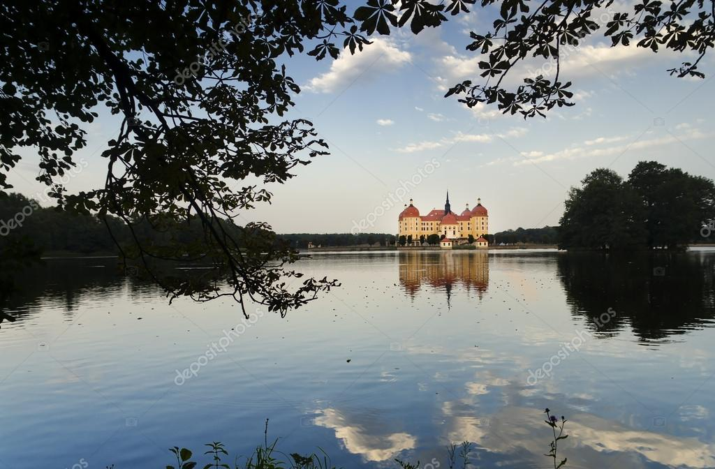 Moritzburg Castle reflects on the Waters of the Lake — Stock Photo #15677047
