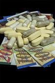 Pillen auf geld — Stockfoto