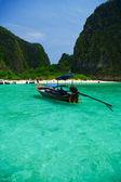 Barco en mar azul del sur de tailandia, asia — Foto de Stock