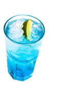 Copa de cóctel con cal sobre fondo blanco azul — Foto de Stock