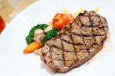 Filetto di manzo alla griglia di carne con pomodoro — Foto Stock