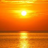 Zonsondergang op de kust van de zee — Stockfoto
