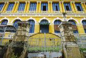Mönstret i den gula byggnaden — Stockfoto