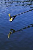 Pédalos métal avec moteur de bateau à moteur sur la rivière bleue — Photo