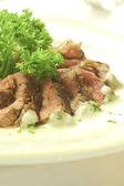 牛肉のグリル皿にスライス — ストック写真