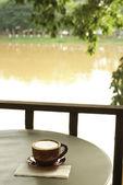 Xícara de café com vista à beira-rio — Foto Stock