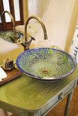 Azjatycka sztuka umywalka i kranu chromowane — Zdjęcie stockowe