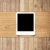 Bílé prázdné fotorámeček na dřevo textury pozadí s prostor fo — Stock fotografie