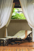 リラックスしてスパ ルーム ベッド 1 台 — ストック写真