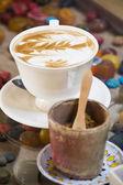 Latte, kawy na stół kawowy — Zdjęcie stockowe