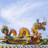Chinese dragon on blue sky with cloud top of temple — Foto de Stock