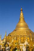 青い空とシュエダゴン パゴダ。ヤンゴン。ミャンマーまたはビルマ. — ストック写真