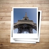Eiffel Tower memory on photo frame brown wood plank background — Stock Photo