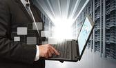 Hombre de negocios uso portátil en la sala de servidores — Foto de Stock