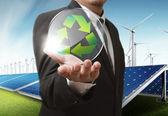 Businesss člověka ukazuje recyklaci skla štít jako koncept — Stock fotografie