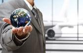 """Geschäftsmann hält globus im flughafen """"elemente dieses bild f — Stockfoto"""