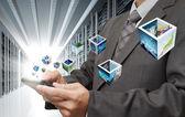 Toque de mano de hombre de negocios de la tableta streaming imágenes de computadora en serv — Foto de Stock