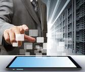 Business man e tablet computador na sala do servidor — Foto Stock